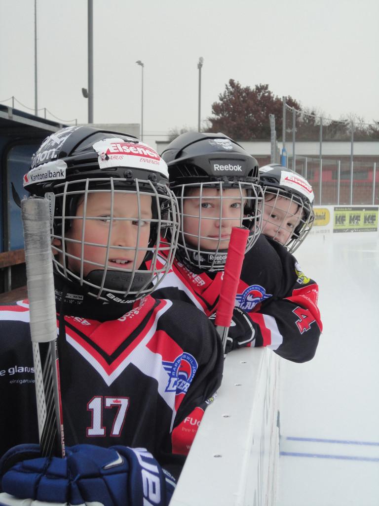 Captain Seraphin Ramhapp, Remo Stüssi und Moritz Kellenberger verfolgen den Spielverlauf