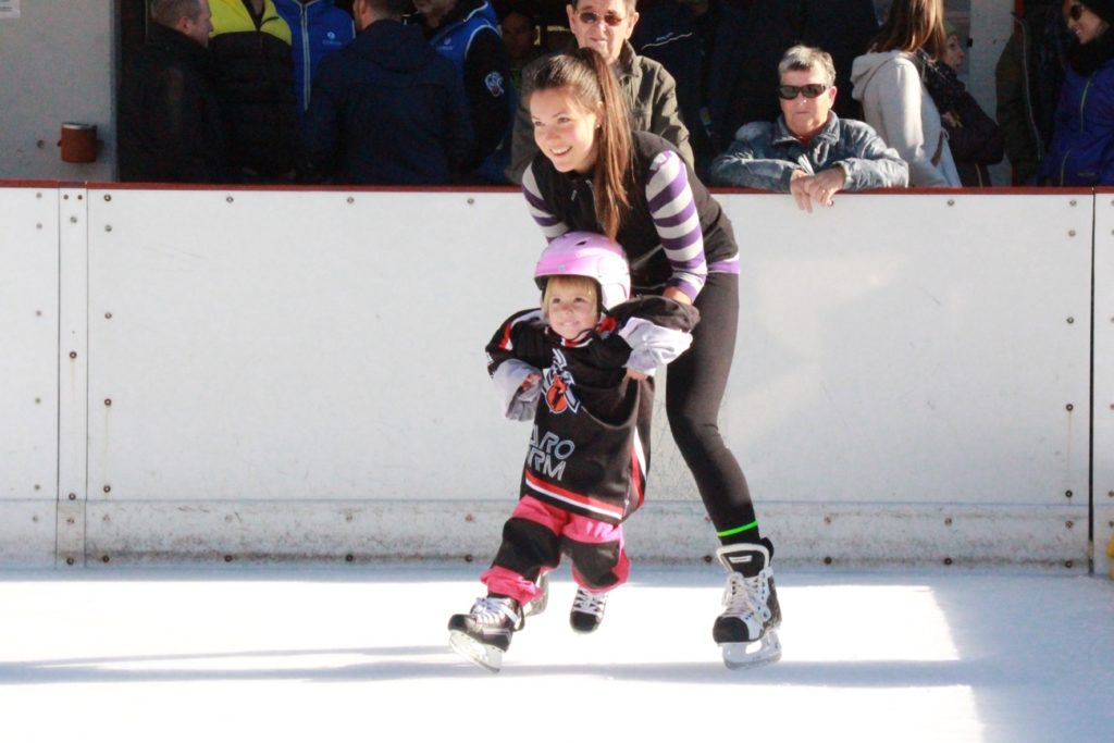 Zora Largo hilft bei den ersten Gehversuchen auf dem Eis.