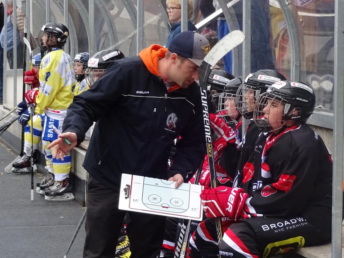 Trainer Ruedi Bernegger erklärt wo's langgeht.