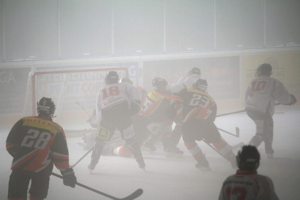 Glarner Angriff im nebligen Eisstadion von Urdorf. Foto: Jrene Luchsinger