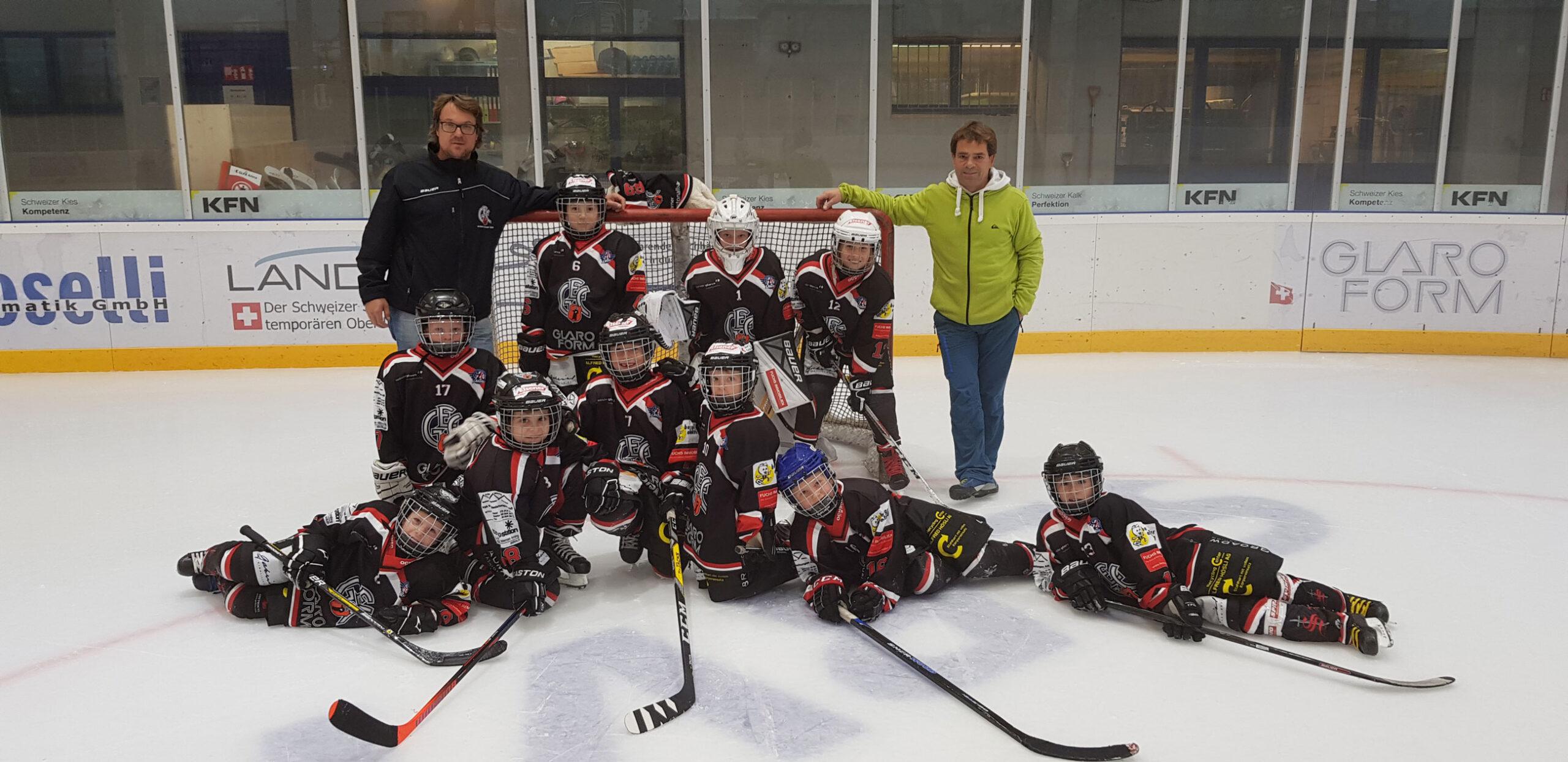 Die GEC Bambini I, mit Coach Bernardo Rhyner und Betreuer Christian Hämmerli. Foto Natalie Giger