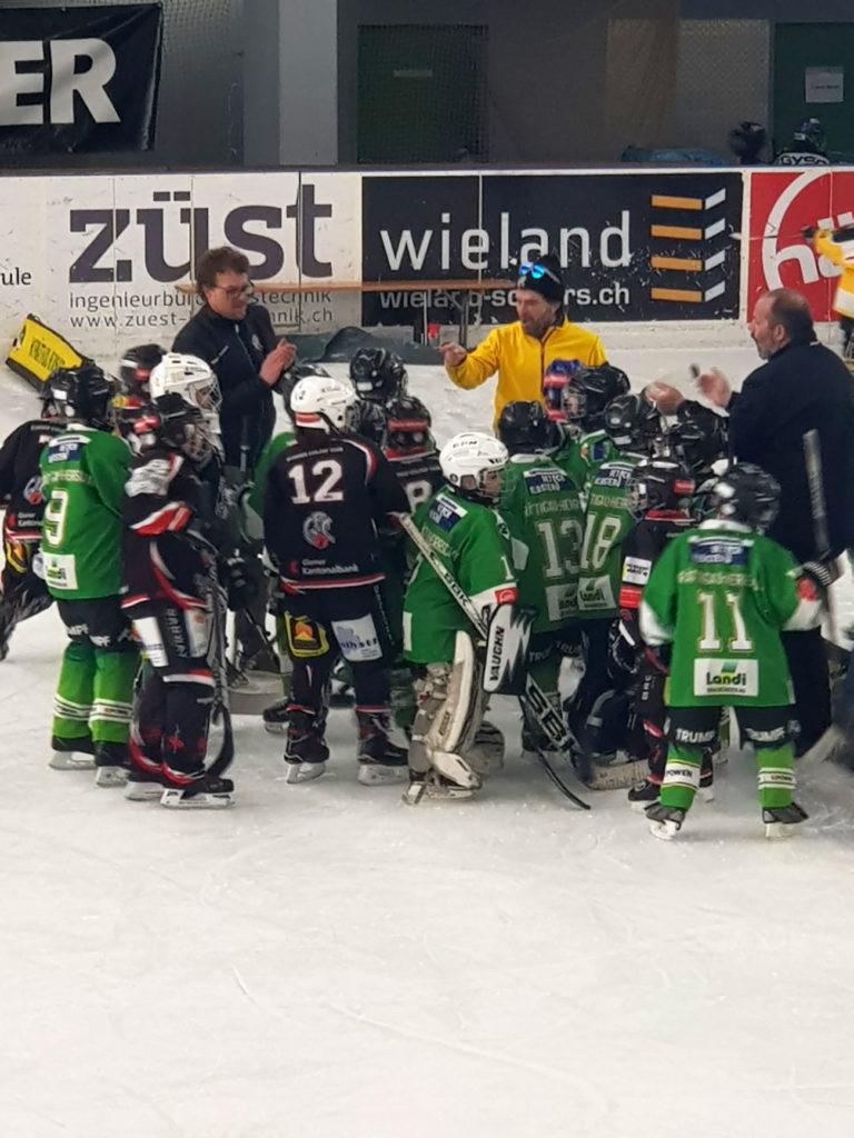 «Group Hug» nach dem Spiel gegen den HC Prättigau-Herrschaft. Foto: Natalie Giger