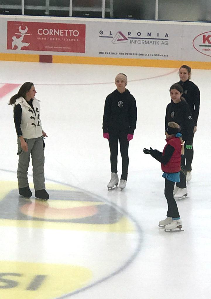 GEC-Trainerin Kathrin Bosch gibt den Mädchen Tipps.