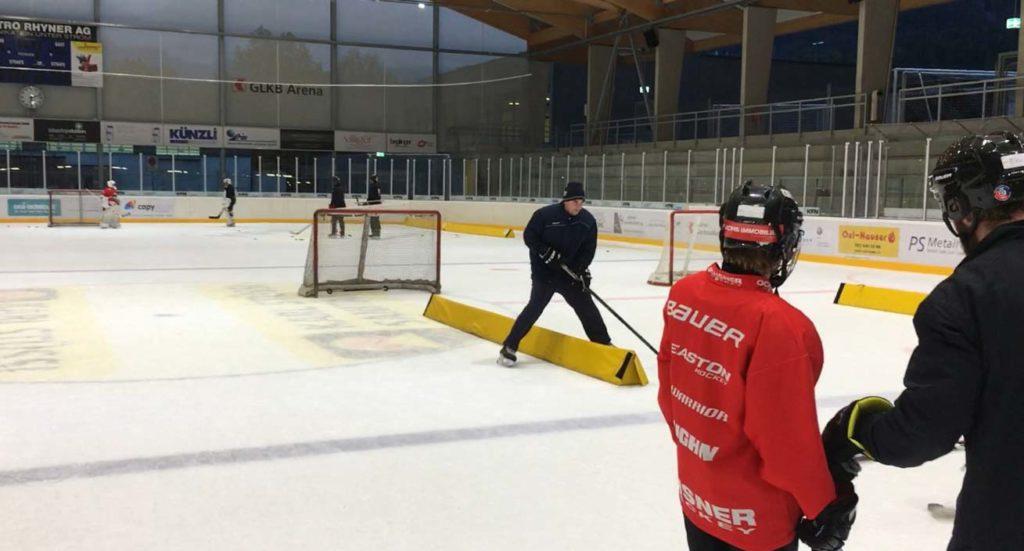 Das Trainermeeting mit Vjeran Ivankovic wurde in das U15-Training integriert.