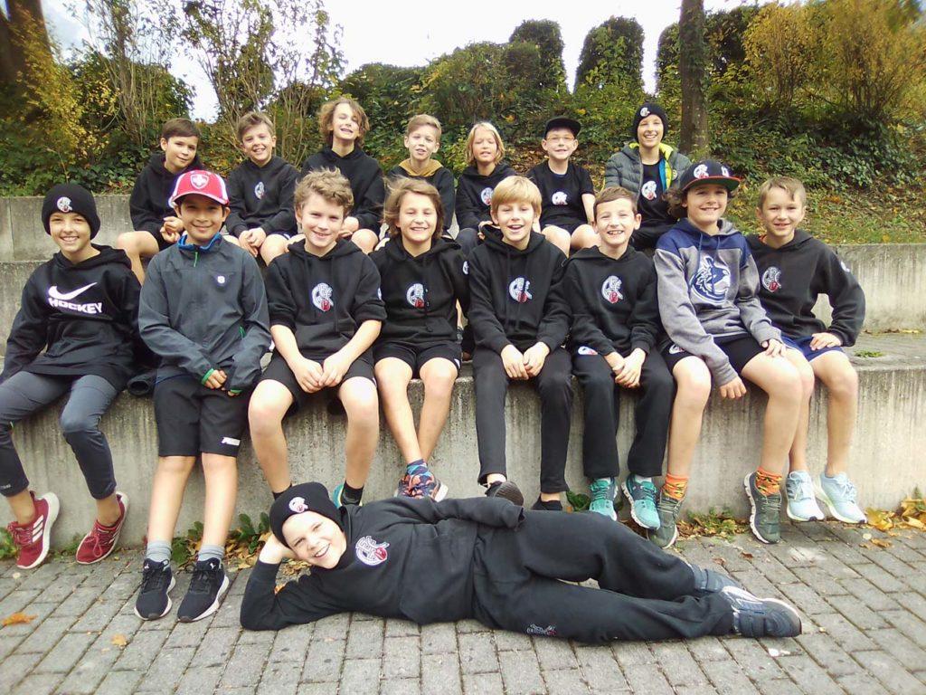 Esitraining, Bogenschiessen und Jonglieren: Die Glarner U13-Hockeyaner hatten drei abwechslungsreiche Tage. Foto: Marc Stüssi