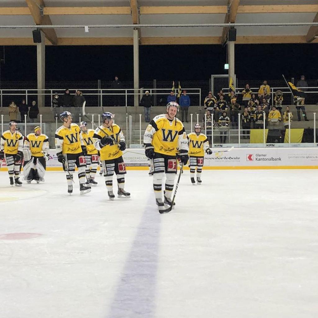 Eine Nummer zu Gross: Der EHC Wetzikon feiert in Glarus eine deutlichen Sieg.