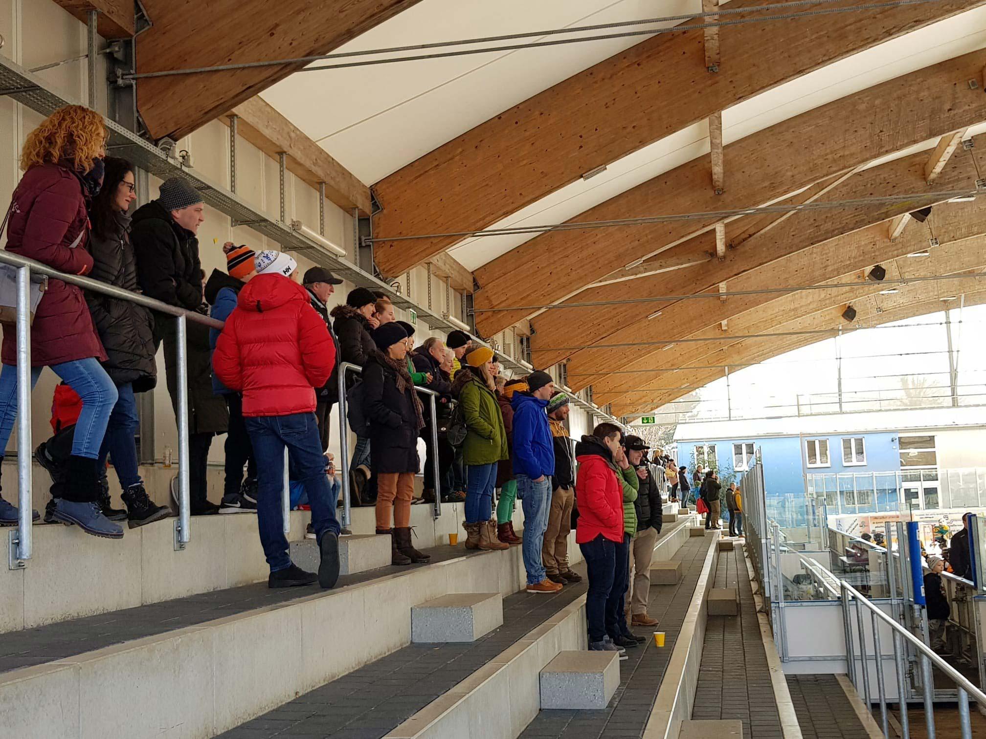 Die Zuschauertribüne in Urdorf war gut gefüllt.