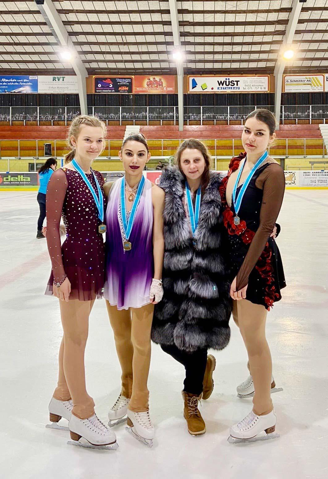 Mara Piccinelli, Julia Cabula, Traininerin Kathrin Bosch, Sarina Hagmann (von links).