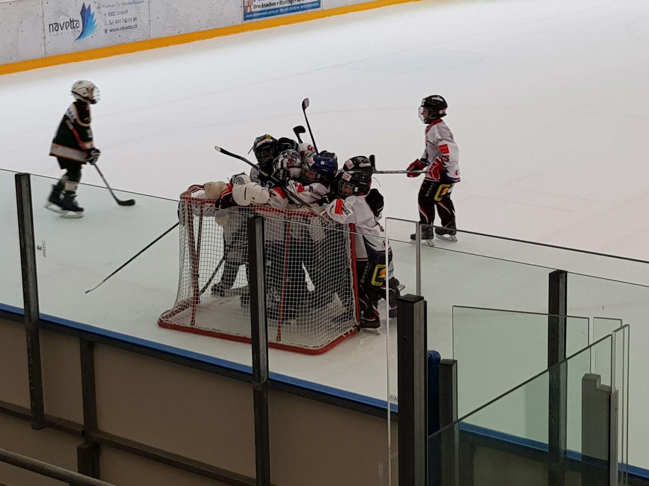Nach einer hartumkämpften Partie gegen den EHC Illnau-Effretikon konnten die Glarner einen Sieg bejubeln. Foto: Mirjam Imhof.